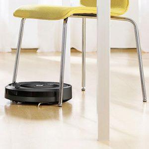 Roomba 606 entre las sillas